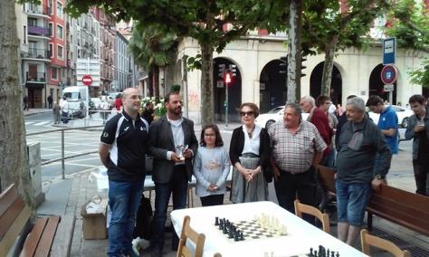 Fometo Culturaleko Aitor Gonzalez, txapelketako hirugarren talde onenari saria jasotzen